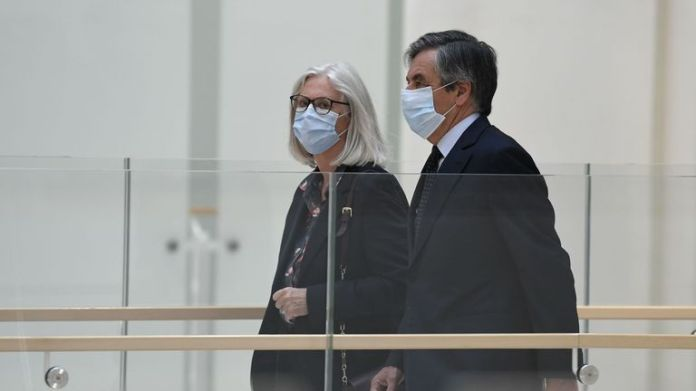 Former French Prime Minister François Fillon (L) and his wife Penelope Fillon (C) arrive at the court