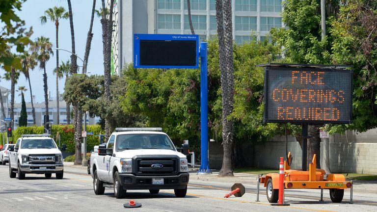 Калифорния снова закрывается, поскольку штат обгоняет Нью-Йорк с наибольшим количеством случаев COVID-19 в Соединенных Штатах.  покрытия для лица getty