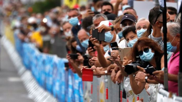 Cycling - La Course by Tour de France - Nice, France - August 29, 2020. Fans wearing protective masks take photos at the start.  REUTERS / Stéphane Mahe