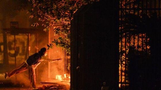 Manifestantes atearam fogo durante um protesto na entrada de um supermercado Carrefour onde João Alberto Silveira Freitas foi espancado até a morte, em Porto Alegre, Rio Grande do Sul, Brasil, em 20 de novembro de 2020
