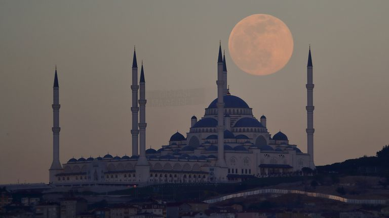 The full moon, also known as the supermoon, rises over the Camlica Mosque in Istanbul, Turkey on April 26, 2021. REUTERS / Murad Sezer
