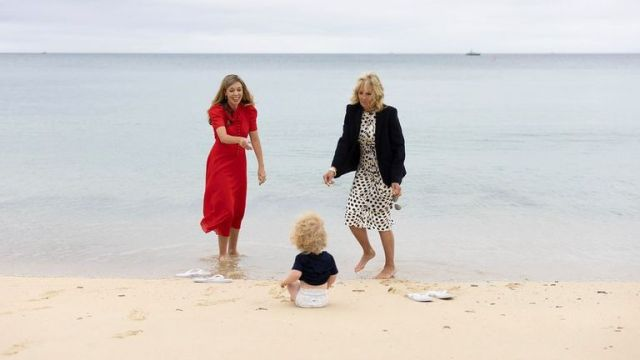 Carrie and Wilfred Johnson pictured on beach with Jill Biden in Cornwall. Pic: Flickr/Simon Dawson /No 10 Downing Street