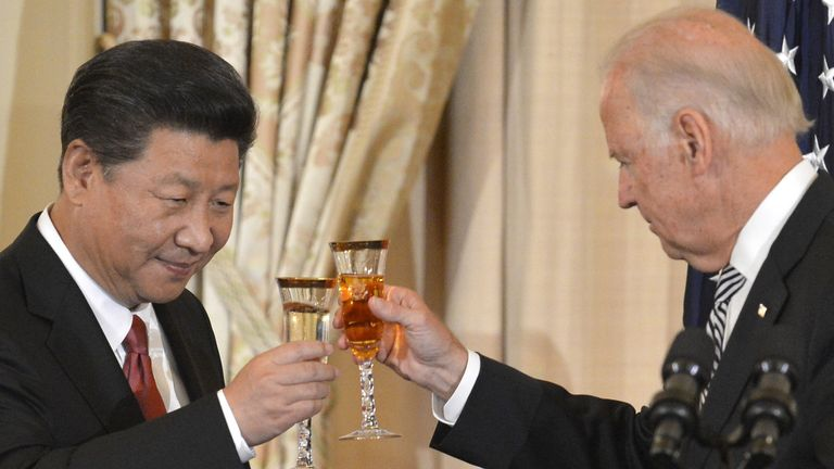 Chinese President Xi Jinping (left) and Vice President Joe Biden raise their glasses and toast during a lunch at the State Department in Washington, September 25, 2015. Xi's visit with President Barack Obama should be clouded by differences over alleged Chinese cyber espionage, Beijing's economic policies, and land disputes in the South China Sea.  REUTERS / Mike Theiler