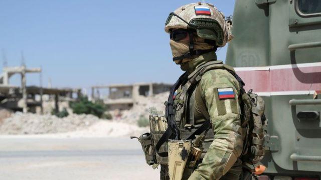 روس کی فوجیں ، جیسے یہ ملٹری پولیس افسر ، شام کے کچھ حصوں میں موجود ہیں۔