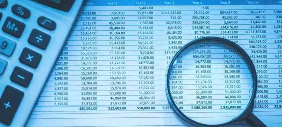 Supervizor Finance Audit [shutterstock: 551213116, echoevg]