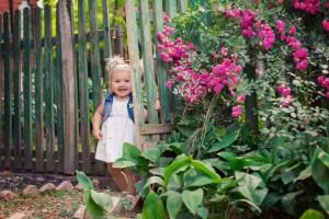 Ein fröhliches Kind im Garten