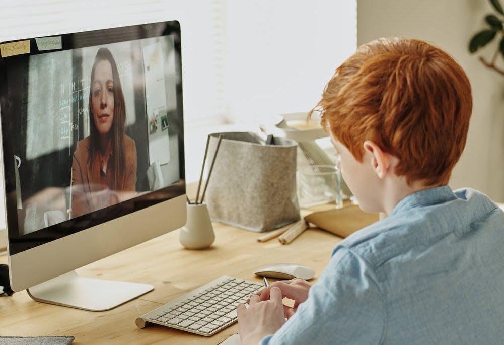 După online, acum și la TV. Iată care sunt posturile din R.Moldova care vor difuza lecții pentru elevi în perioada stării de urgență