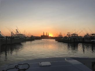 Puesta de sol sobre el puerto