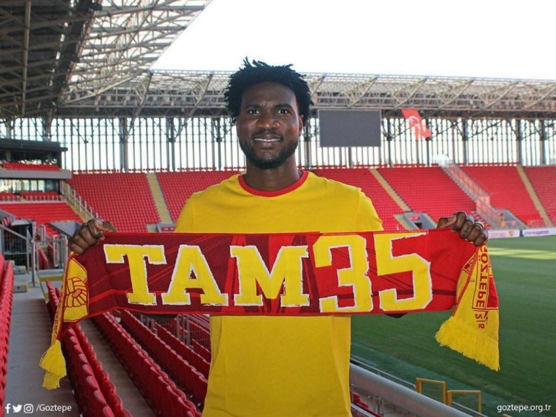 Brown Ideye poses with a Goztepe scarf