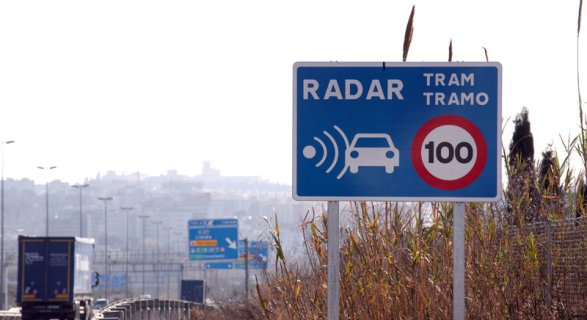 Senyal de trànsit de radar de tram, retolat en català i castellà