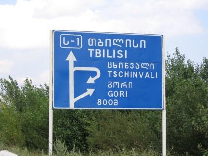 Senyal amb indicacions de carreteres retolat en llengua georgiana