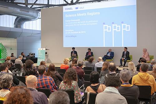Diàleg amb ponents i assistents al Camp d'innovació