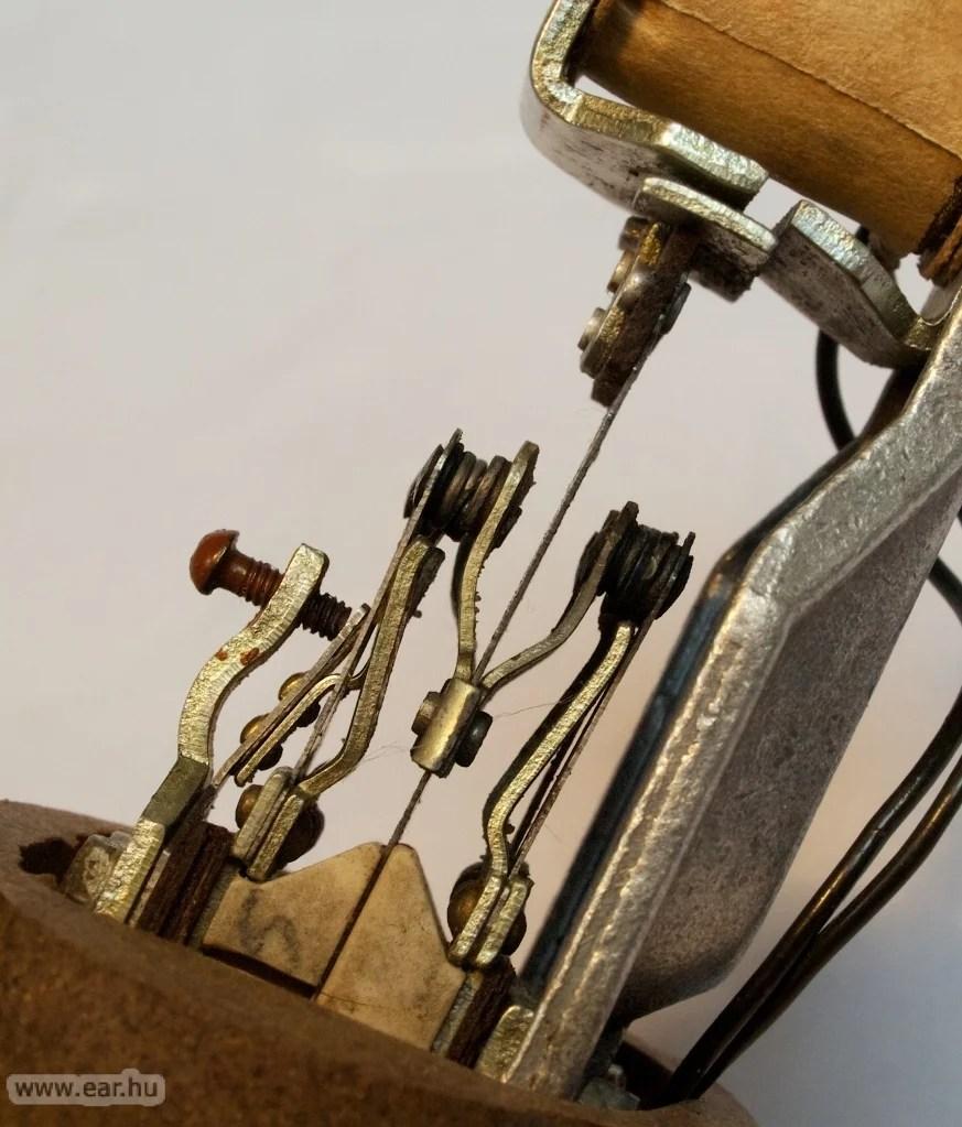 Ez van a vibrátor házában. A kis érintkezők rezegnek őrült tempóban, ezek adják a kellően nagy áramot az elektroncsöveknek