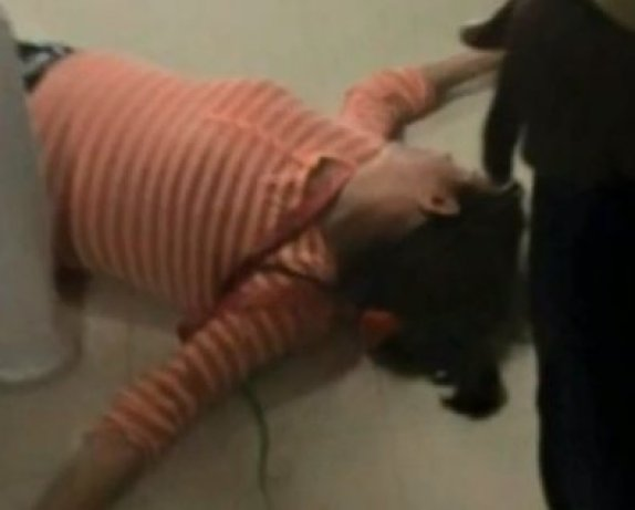 Mother Strangles & Knocks Teacher Out Cold After Daughter Said Teacher Hit Her