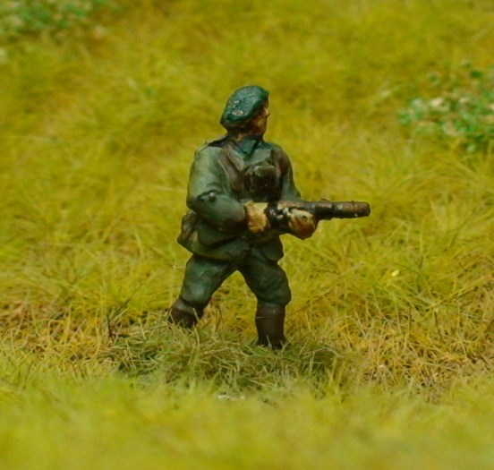 1 x Chasseurs Ardennes Infantry Officer firing MP28