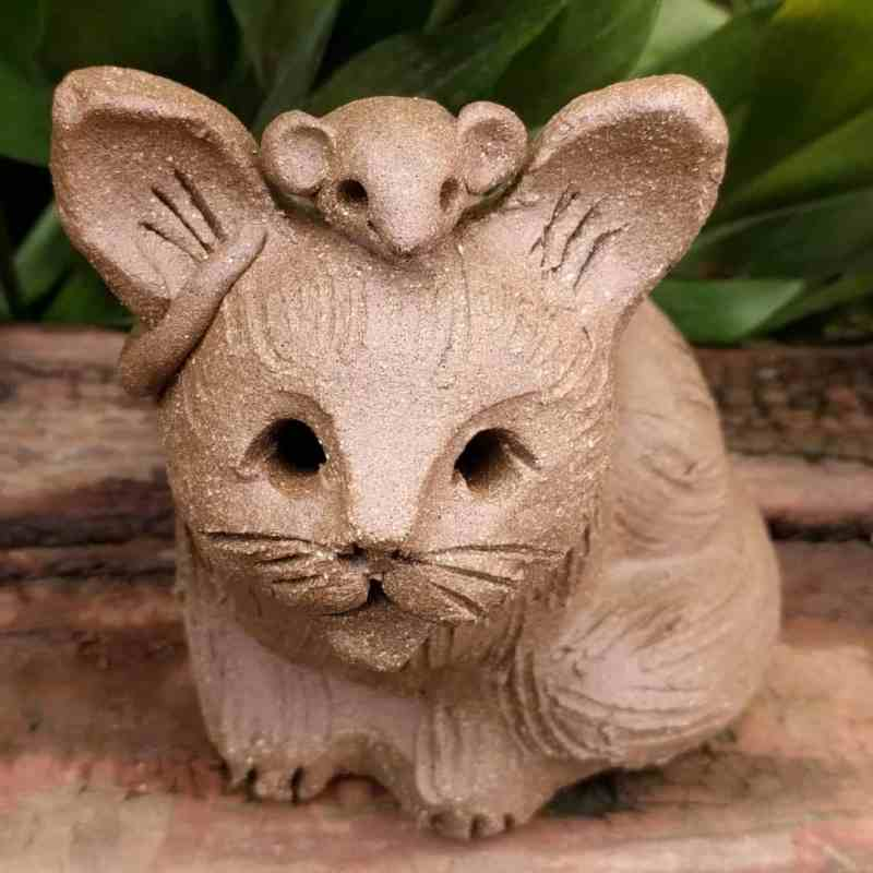 large_sitting_cat_mouse_head_outside_2