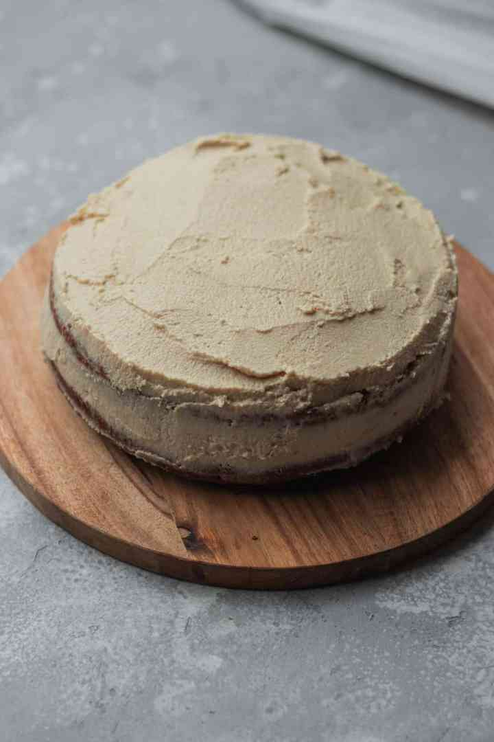 How to make a vegan gingerbread cake with coconut frosting