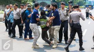 082383100_1448943209-20151201-Polisi-Bubar-Paksi-Ratusan-Orang-Papua-Gelar-Aksi-1-Desember-di-Bundaran-HI-FANANI-1