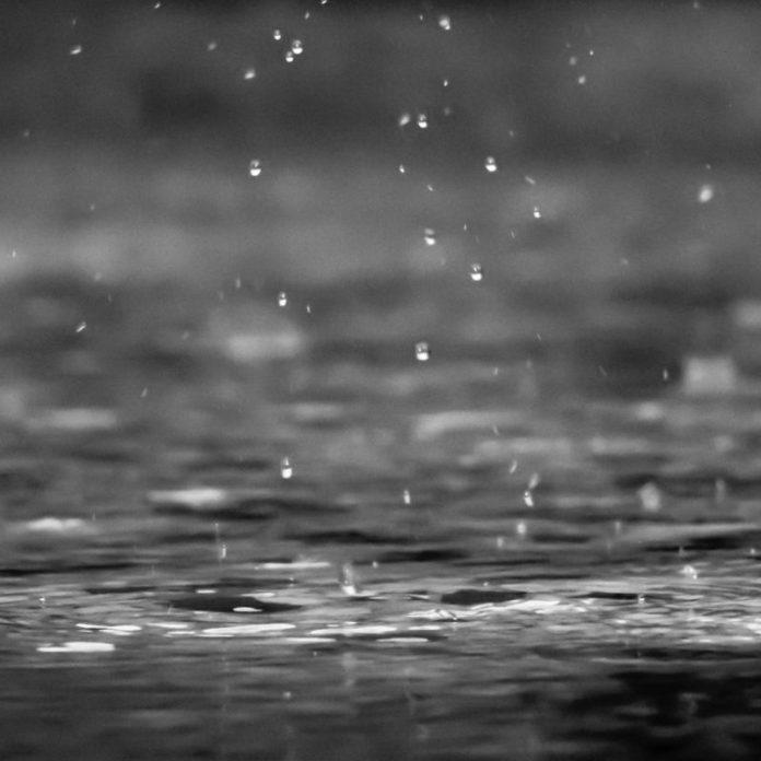 छोटी पानी की बूंदें पानी की सतह से टकराने लगती हैं।