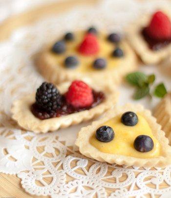 Sandbakkel with berries