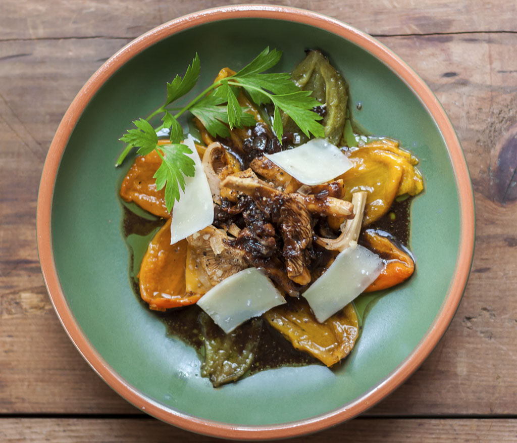 Grilled pepper and wild chanterelle salad