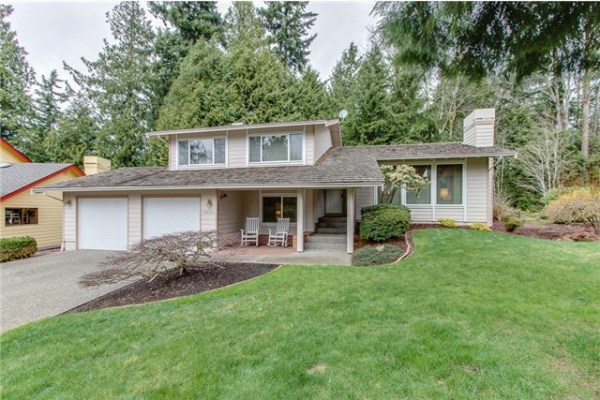 Well cared for tri-level home in Sunrise on English Hill. The li