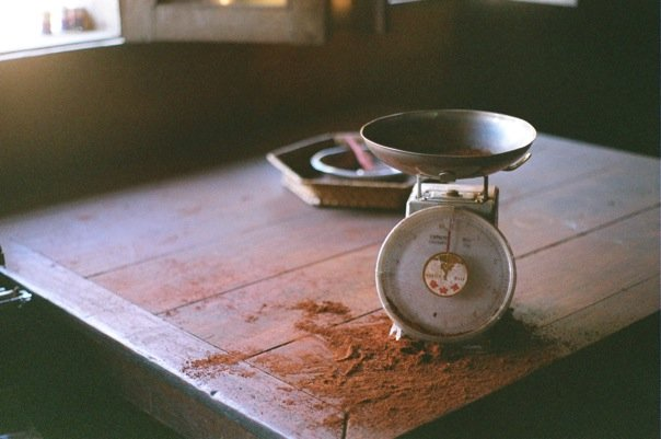 A scale weighs out coffee for purchase in Dili © Brie O'Keefe