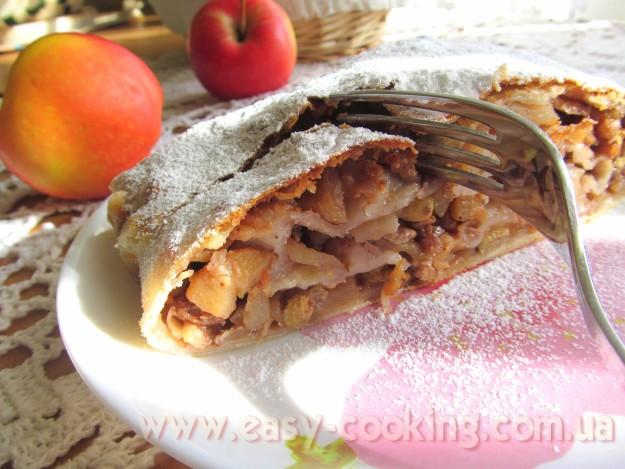 Справжній віденський штрудель з яблуками, родзинками та горішками на львівський манер