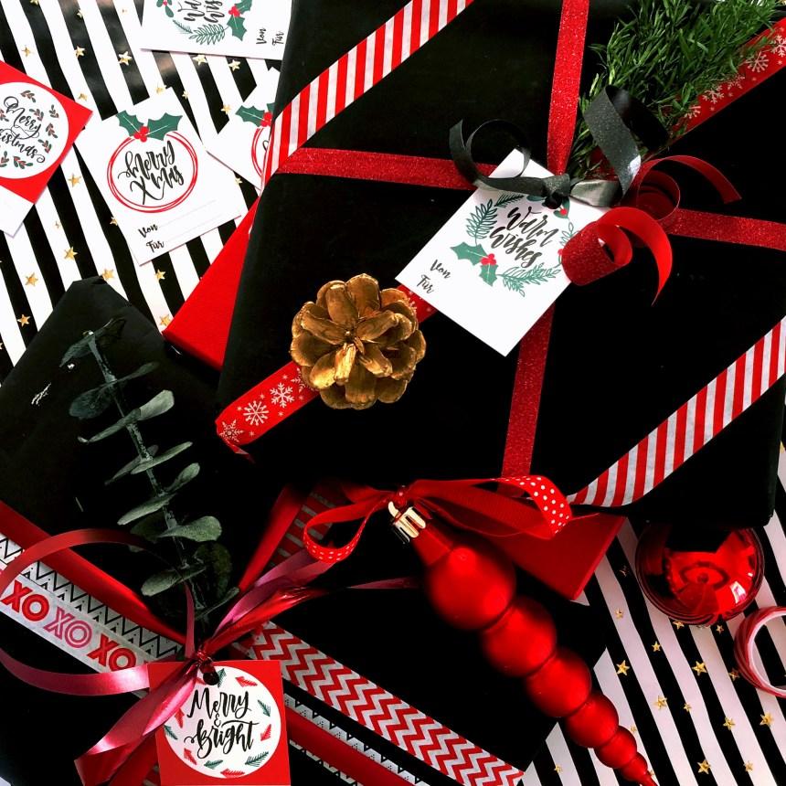 Verpackte Weihnachtsgeschenke mit Geschenkanhängern zum downloaden und Weihnachtsschmuck