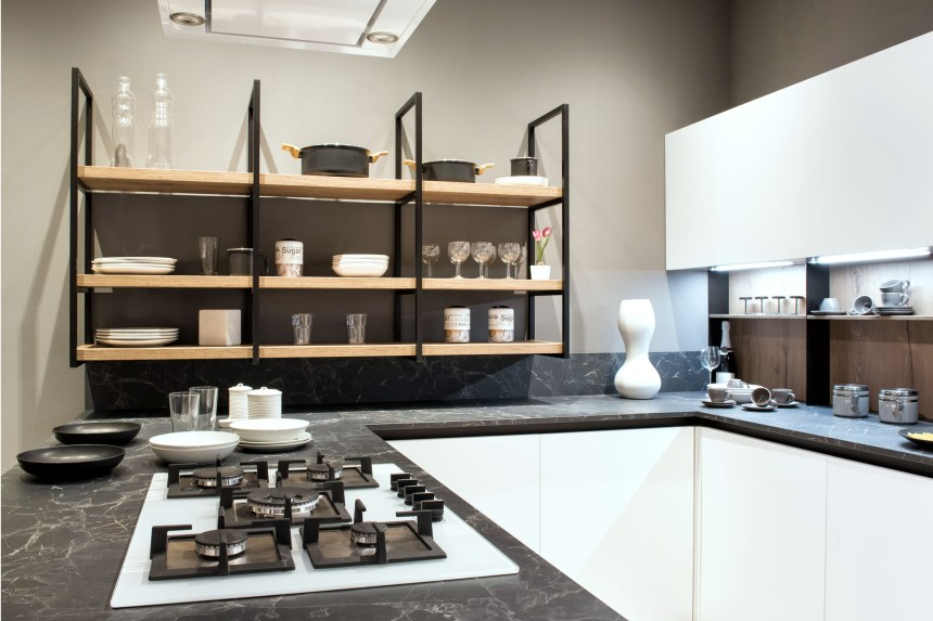 Küche mit aufgeräumter Arbeitsplatte und ausreichend Stauraum macht aufräumen ganz leicht