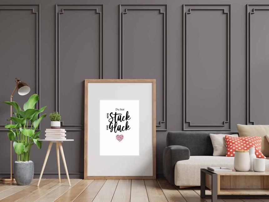 Wohnzimmer mit Bild das an der Wand lehnt