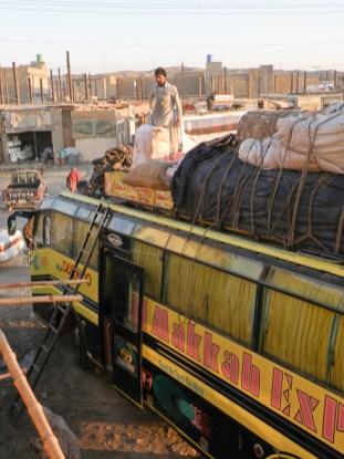 Linja-autoa lastataan Taftanin matkahuollossa