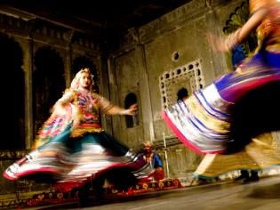 Vauhtia ja värejä Udaipurin museon sisäpihalla