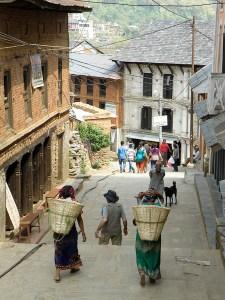 Naiset kantavat rakennuskiviä Bandipurissa