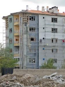 Vanin maanjäristyksen tuhojen korjausta