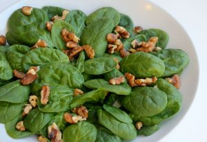 make a bed of spinach and walnuts on the serving platter