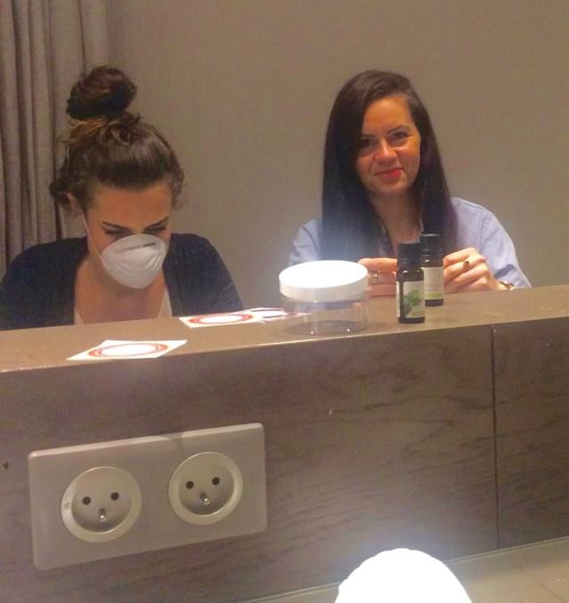 Healthy_Lety et moi même, très concentrées dans la confection de notre shampooing poudre
