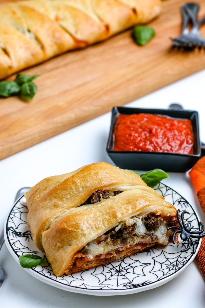 Give dinner a fun Halloween twist with this Mummy Wrap Pizza Calzone recipe. It's easy to make and ready to eat in 45 minutes. via @easybudgetrecipes