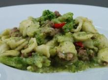 Orecchiette mit Broccoli und Wurst - traditionelles italienisches Rezept (VIDEO)