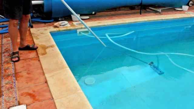How do pool vacuums work?