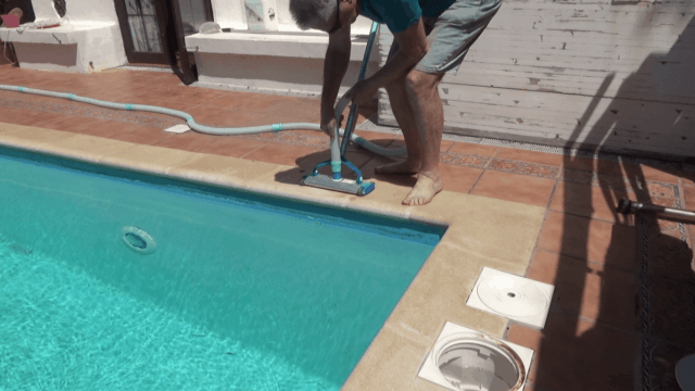 How to remove air from a pool vacuum hose - connect the vacuu¡m head