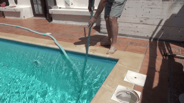 How to remove air from a pool vacuum hose - lower the vacuum head