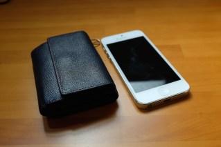 iPhone 5と並べて閉じた状態