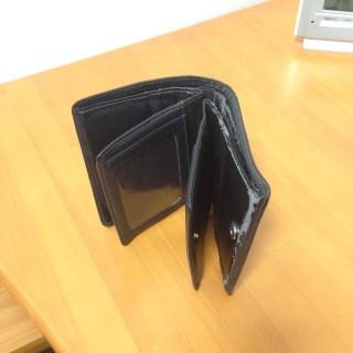 くたびれた二つ折り財布