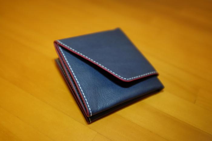 新品の旅行財布を空の状態で折りたたんだ