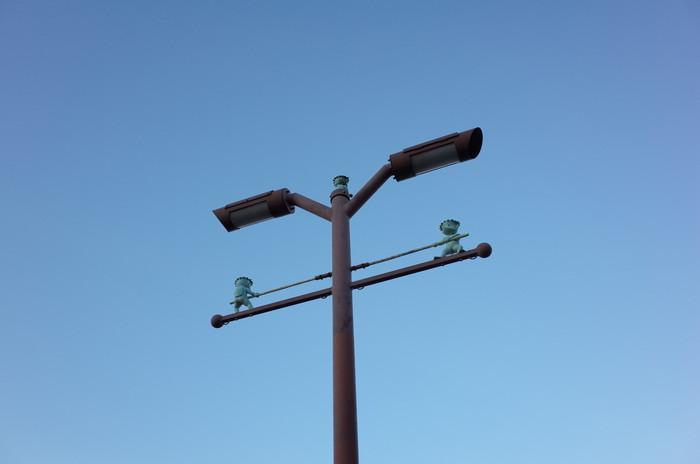 街灯の下でガラッパの綱引き