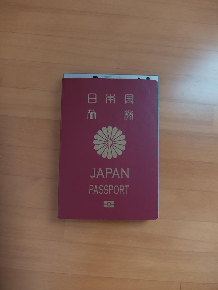 パスポートを上に乗っけてみた