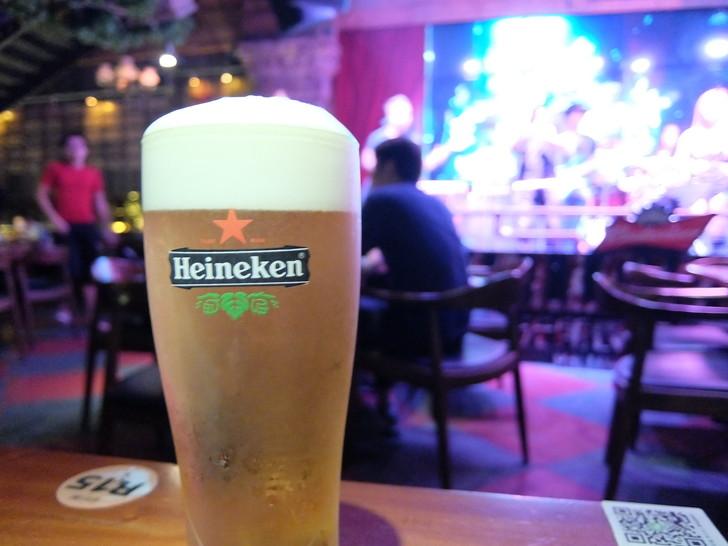ライブバーで注文した生ビール