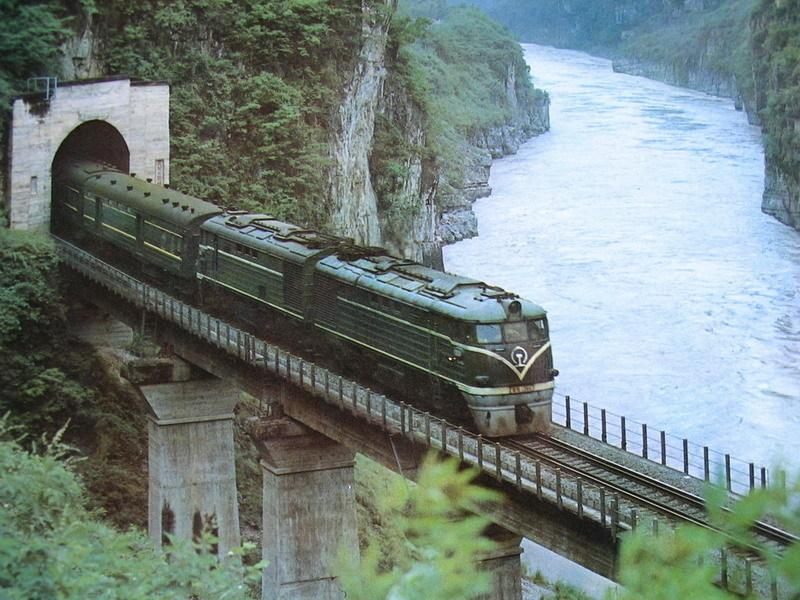 Chengdu Kunming tours by train