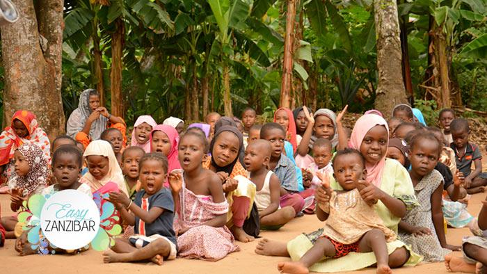 bambini cantano davanti ai quad